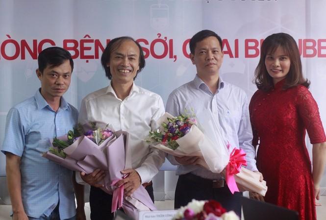 Đại diện Báo Tiền Phong tặng hoa các khách mời tham gia buổi giao lưu. Ảnh: Duy Phạm