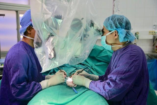 Bác sĩ Trung tâm Nam học, Bệnh viện Hữu nghị Việt Đức đang phẫu thuật cho bệnh nhân. Ảnh: Bệnh viện cung cấp