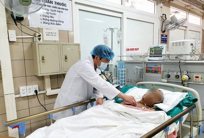BS Đức khám cho bệnh nhân bị ngộ độc. Ảnh: Bệnh viện cung cấp
