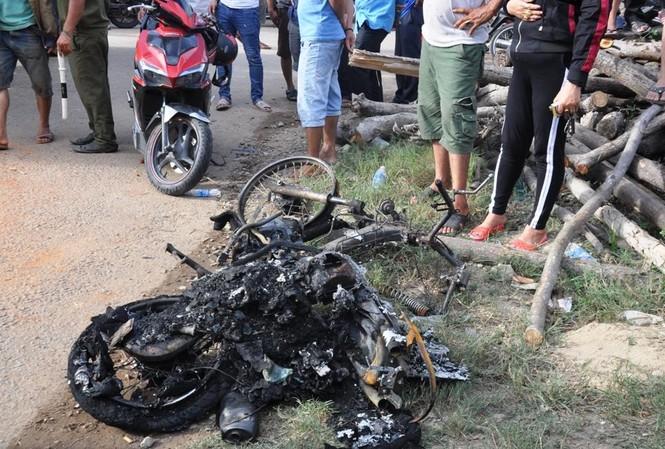 Chiếc xe máy bị thiêu rụi, một người chết cháy sau tai nạn liên hoàn do xe đầu kéo gây ra