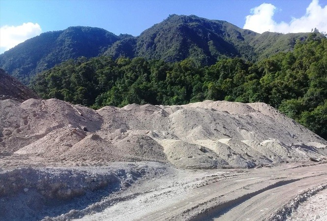 """Những """"núi"""" cát xây dựng không rõ nguồn gốc xuất xứ được tập kết cạnh công trình thủy điện A Lin B1"""