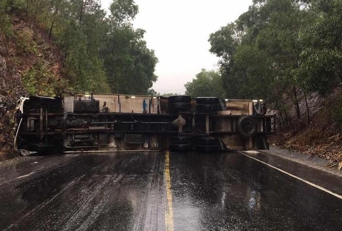 Xe tải lật ngang bịt kín Quốc lộ đoạn qua TT-Huế trong hơn 1 giờ đồng hồ (ảnh C.A)