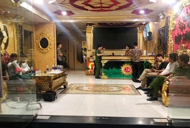 """Tiệm karaoke Dậy Sóng 2 (phường An Cựu, Huế) hoạt động quá giờ, bên trong có hàng chục khách hát """"phê"""" ma túy vào rạng ráng 6/10"""