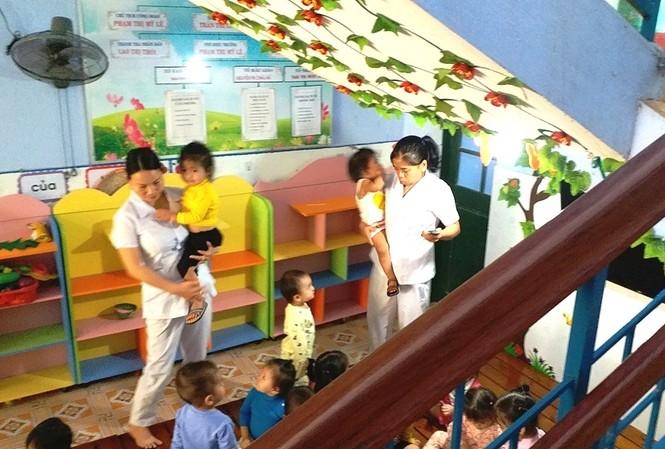 Cám cảnh trẻ 1 tuổi học dưới gầm cầu thang ở TT-Huế