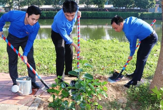 Đại diện cán bộ Tỉnh Đoàn TT-Huế, Ban Thường vụ Trung ương Đoàn hưởng ứng ngày Chủ Nhật xanh và triển khai tuyến đường hoa thanh niên tại Huế dáng 24/11