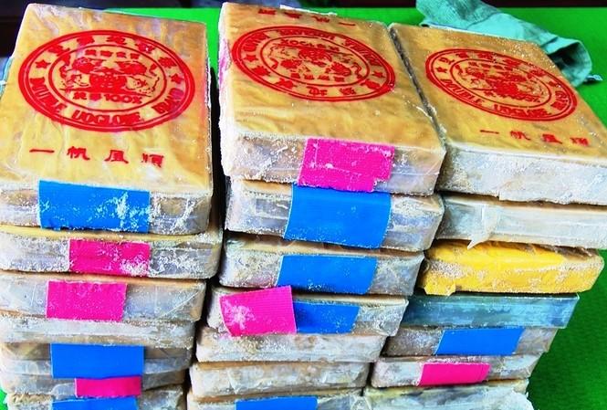 21 gói chứa chất lạ nghi là heroin dạt từ ngoài biển vào được người dân TT-Huế phát hiện, giao nộp cho Bộ đội Biên phòng
