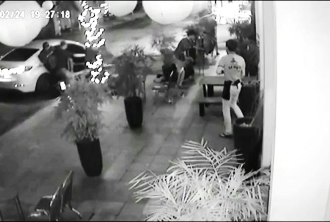 Hiện trường vụ truy sát kinh hoàng (ảnh chụp lại từ camera an ninh)