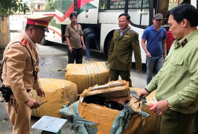 CSGT và QLTT TT-Huế phối hợp kiểm tra ô tô biển Lào chở hàng lậu