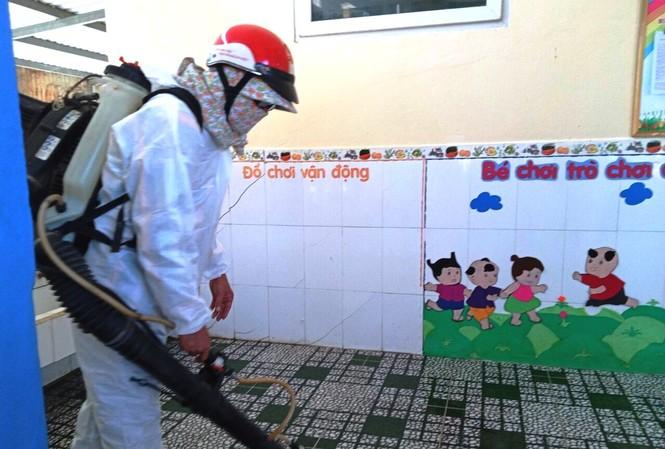 Phun tiêu độc khử trùng phòng chống dịch bệnh trong trường học tại Thừa Thiên Huế.