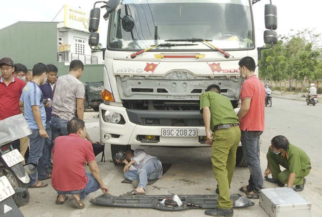 Chiếc ô tô tải gây tai nạn chết người rồi chạy khỏi hiện trường.