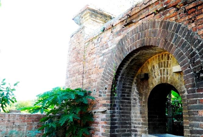 Chiếc cổng gạch cổ xưa vừa xuất lộ sau khi nhà dân di dời đi khỏi vùng Thượng thành, thuộc Kinh thành Huế.