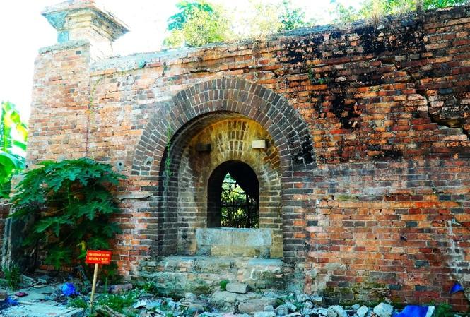 Chiếc cổng nhỏ này từng là nơi dùng đặt đại bác phòng thủ thời nhà Nguyễn.