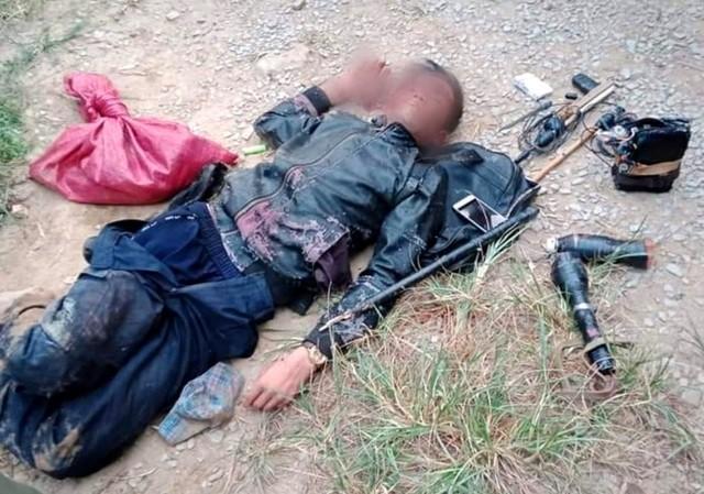 """N.V.L thời điểm bị dân làng đánh bầm dập. Cạnh người này là nhiều """"đồ nghề"""" dùng câu, bắt trộm chó như bã, súng điện, chĩa... (ảnh: dantri.com.vn)"""