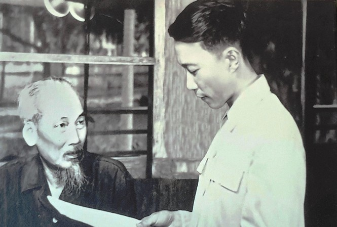Nhà thơ Tố Hữu đọc thơ cho Bác nghe tại Phủ Chủ tịch.
