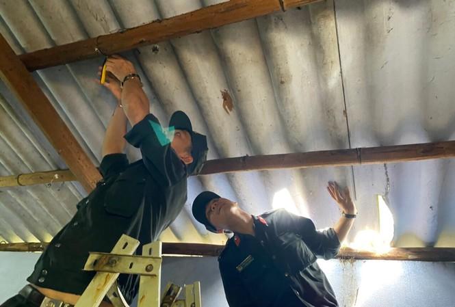 Lực lượng công an tại TT-Huế giúp dân gia cố lại nhà cửa trước bão số 9.