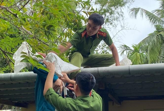 Lực lượng thuộc Bộ chỉ huy Quân sự tỉnh TT-Huế giúp dân gia cố, giằng chống, lợp lại nhà cửa trước khi bão số 9 đổ bộ.