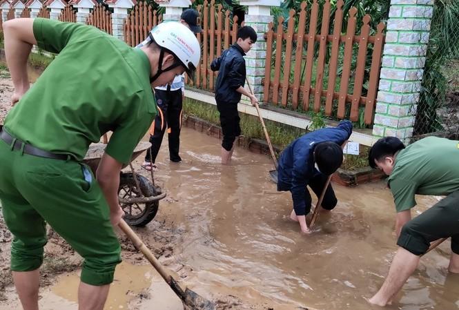 Đoàn viên thanh niên lực lượng vũ trang tại TT-Huế tích cực làm vệ sinh, dọn dẹp bùn đất, xử lý môi trường sau bão số 9.