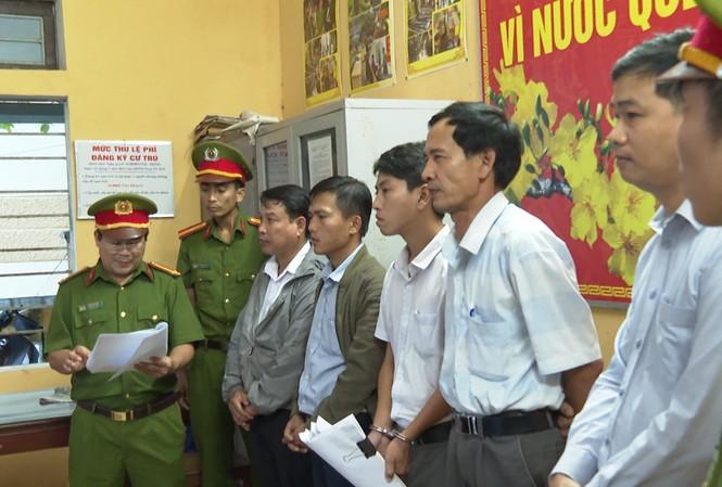"""Cựu """"quan phường"""" và 4 nhân viên địa chính tại Huế bị khởi tố về hành vi thiếu trách nhiệm gây hậu quả nghiêm trọng."""
