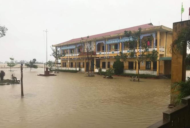 Trường học bị ngập lụt, hàng nghìn học sinh tại Thừa Thiên Huế phải nghỉ học kể từ chiều 11/11.