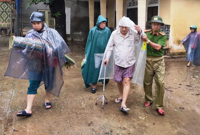 Công an TT-Huế giúp dân di dời đến nơi an toàn trước khi bão số 13 đổ bộ.