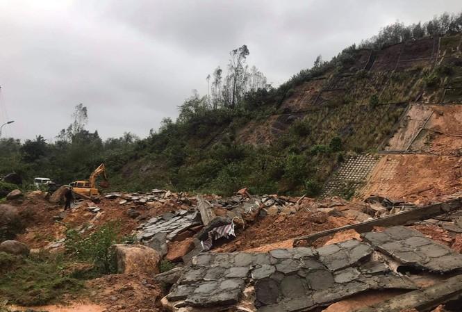 Đoạn đường ven núi dẫn vào khu du lịch Laguna bị vùi lấp hoàn toàn.