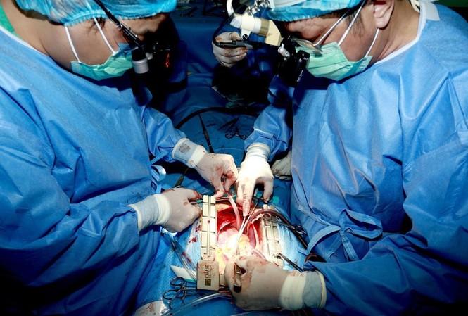 Thực hiện phẫu thuật, ghép tim cho người bệnh tại Bệnh viện Trung ương Huế.