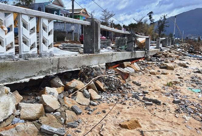Bờ kè xây năm 2000 vừa bị sóng đánh tan nát. Đơn vị tư vấn thiết kế khi khảo sát hiện trạng vào năm 2017 cho rằng, công trình ổn định nên không đề xuất giải pháp gia cố.