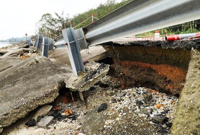 Đường Tây đầm Lập An tại Lăng Cô, TT-Huế, bị hư hỏng nghiêm trọng từ giữa tháng 11/2020 đến nay vẫn chưa được sửa chữa hay khắc phục, gia cố tạm thời.