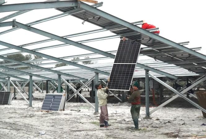 Công trình điện mặt trời khu vực trang trại tại TT-Huế áp lên khung nhà trại không có mái. Ảnh: Ngọc Văn