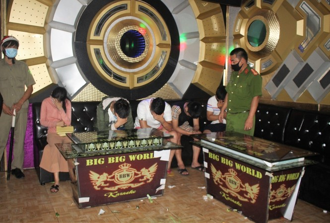 """Lực lượng chức năng bắt quả tang 11 thanh niên nam nữ bày """"tiệc ma túy"""" trong quá Karaoke Big Big World"""