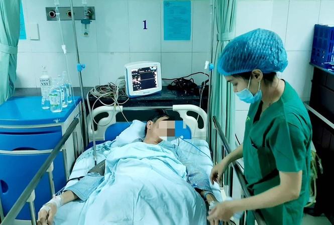 Bệnh nhân bị cây gỗ đâm thủng bụng đã được phẩu thuật thành công, đang tiếp tục được điều trị tại Bệnh viện Đa khoa Vĩnh Đức. ảnh BVCC