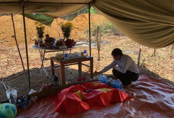 Tìm thấy hố chôn tập thể 17 liệt sỹ ở khu vực sân bay Khâm Đức. Ảnh CTV