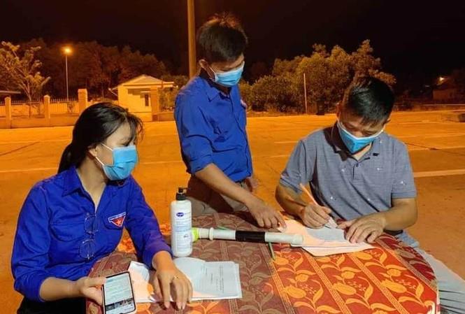 Người dân thực hiện khai báo y tế để phòng, chống dịch COVID-19. Ảnh P. V. Đ