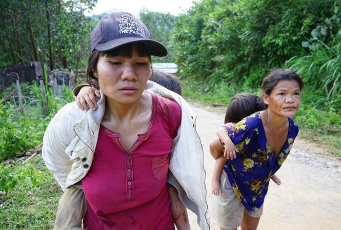 Chị Trần Thị Diệu ôm đứa con gái tháo chạy khỏi nơi sạt lở. ảnh Hoài Văn