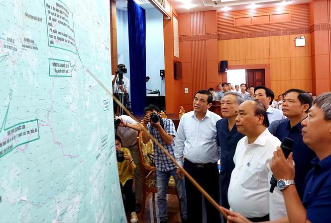 Thủ tướng nghe báo cáo phương án và quá trình tìm kiếm nạn nhân mất tích vụ sạt lở ở Quảng Nam. Ảnh: H. Văn