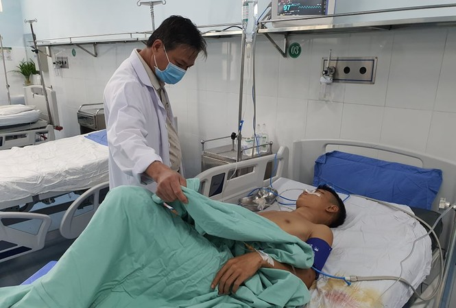 Thanh niên trúng 13 phát đạn hoa cải đang được điều trị tại Bệnh viện Đa khoa khu vực Quảng Nam. ảnh CTV