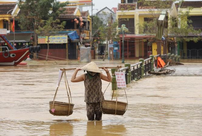 Nước lũ bủa vây nhiều tuyến đường ở TP. Hội An. ảnh N. Phan