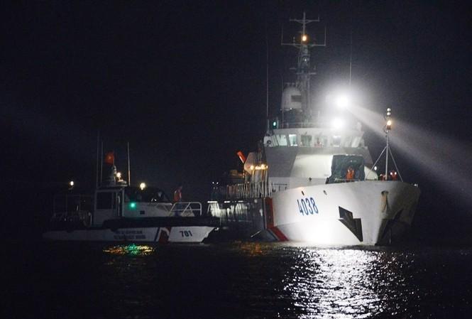 Tàu Vùng Cảnh sát biển 2 cứu hộ tàu hàng bị chìm trên biển