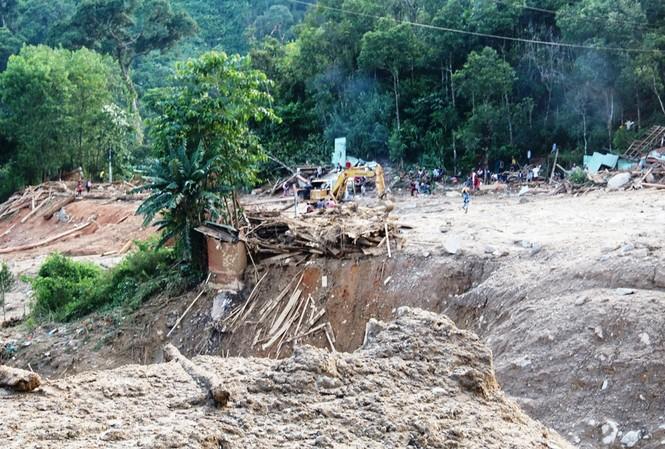 Lãnh đạo tỉnh Quảng Nam cho rằng chưa có cơ sở để khẳng định thủy điện là nguyên nhân của các vụ sạt lở đất xảy ra tại huyện Nam Trà My vừa qua. Trong ảnh hiện trường vụ sạt lở ở Trà Leng. ảnh Cảnh Huệ.