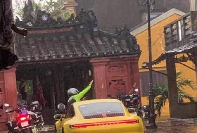 Hình ảnh xe ô tô và 2 xe máy dừng trước Chùa Cầu được người dân ghi lại.