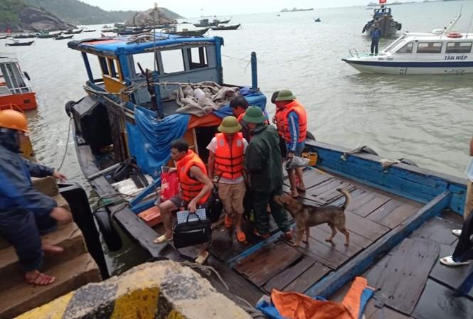 10 thuyền viên trên tàu bị nạn đã an toàn. Ảnh H. Anh