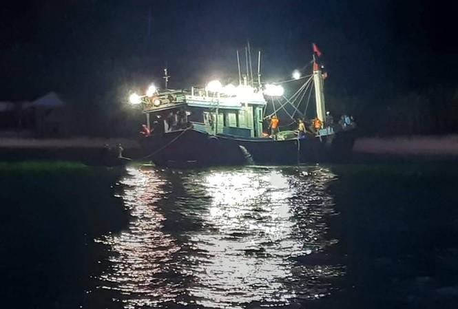 12 ngư dân trên tàu gặp nạn đã an toàn. Ảnh H. A