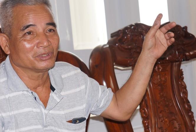 Ông Tư Khắp trao đổi với PV Tiền Phong