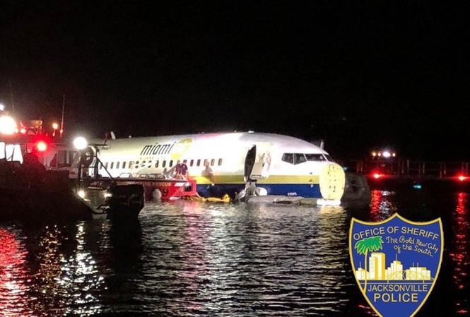 Ngày 3/5, một máy bay phản lực thương mại Boeing 737 đang chở 136 hành khách đã trượt xuống sông St. Johns gần Jacksonville, Florida sau khi hạ cánh, người phát ngôn của Trạm hàng không Hải quân Jacksonville cho biết.