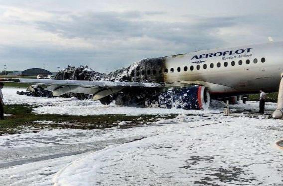 Hiện trường vụ tai nạn máy bay Sukhoi Superjet 100 khiến 41 người thiệt mạng. Ảnh: Reuters