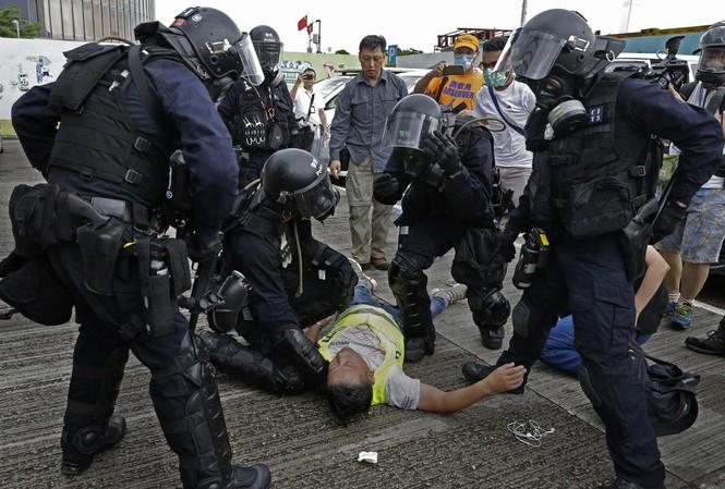 Hàng trăm người bị thương trong bạo động tại Hồng Kông. Ảnh: AP