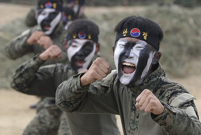 Lực lượng đặc nhiệm Hàn Quốc tập luyện võ thuật. Ảnh: AP