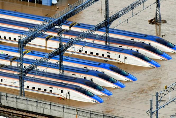 Các tàu cao tốc Shinkansen bị ngập tại nhà ga ở thành phố Nagano khi bão Hagibis đổ bộ tháng trước. Ảnh: Reuters.