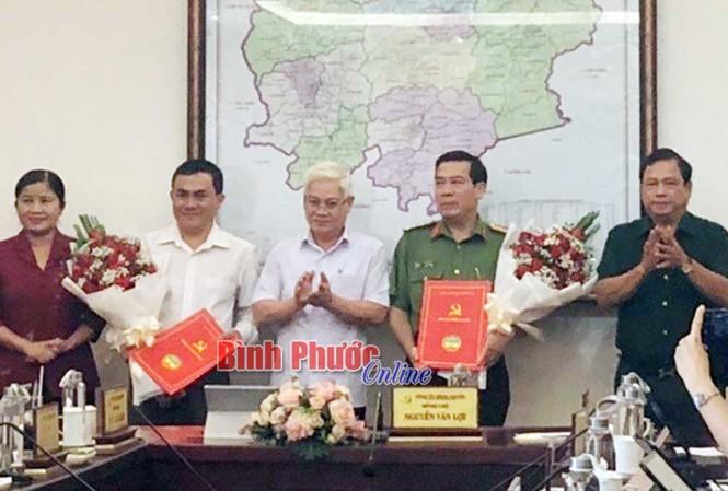 Thường trực Tỉnh ủy Bình Phước trao quyết định và chúc mừng đồng chí Bùi Xuân Thắng và đồng chí Lê Trường Sơn.