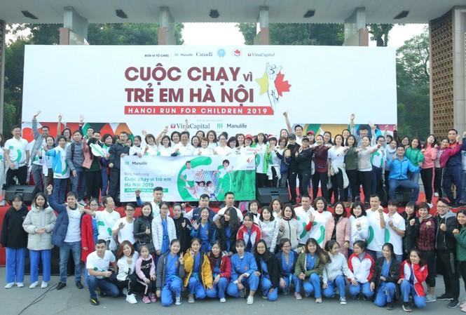 Đông đảo nhân viên và đại lý Manulife Việt Nam có mặt tại sự kiện Chạy vì trẻ em Hà Nội.